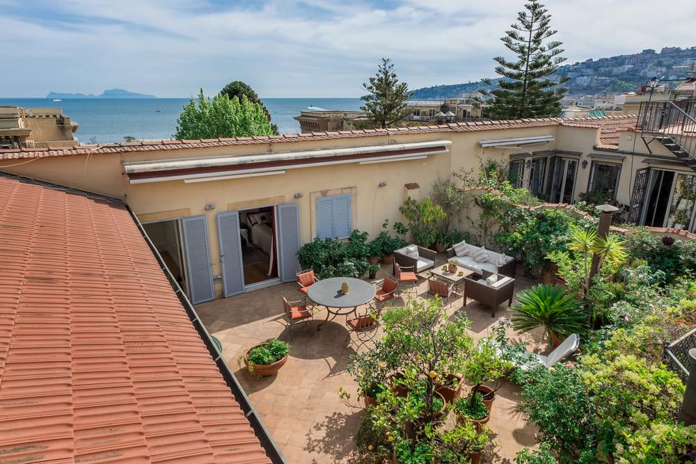 Chiaia, in vendita un lussuoso appartamento: vista a 360 gradi sulla città